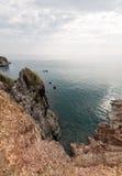 Ruw landschap met het gleaming van water en rotsachtig Stock Foto's