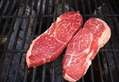 Ruw Lapje vlees op de grill royalty-vrije stock fotografie