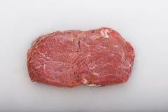 Ruw lapje vlees op een witte raad stock foto