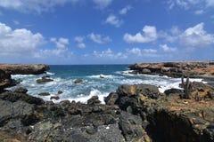 Ruw Lava Rocks Surrounding de Inham van het Zwarte Zand Bea van Aruba ` s royalty-vrije stock afbeeldingen