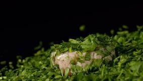 Ruw lendestuk en groene peterselie stock video