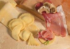Ruw met de hand gemaakt deeg en Italiaanse eigengemaakte ravioli, open en gesloten die, met ricottakaas en prosciuttocrudo wordt  Stock Fotografie