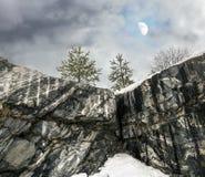 Ruw noordelijk Nevelig landschap met maan Ruskeala marmeren quarri Stock Fotografie