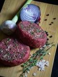 Ruw organisch de hamburgerpasteitje van de beaftartaar met ui, knoflook, thyme, peper en himalayan kristalzout stock foto