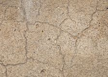 Ruw pleister op de muur, met een grote barst De textuur van de cementvloer Cement en pleister, met grote barsten voor stock foto