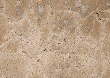Ruw pleister op de muur, met een grote barst De textuur van de cementvloer Cement en pleister, met grote barsten voor stock foto's