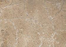 Ruw pleister op de muur, met een grote barst De textuur van de cementvloer Cement en pleister, met grote barsten voor royalty-vrije stock foto