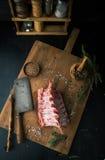 Ruw rek van lam met kruiden op een scherpe raad Royalty-vrije Stock Afbeelding