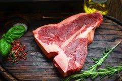 Ruw Riblapje vlees met kruiden op houten raad stock afbeelding