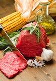 Ruw rundvlees op houten lijst Royalty-vrije Stock Foto