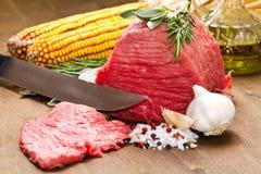 Ruw rundvlees op houten lijst Royalty-vrije Stock Afbeelding