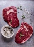 Ruw rundvlees ribeye lapje vlees Stock Afbeeldingen