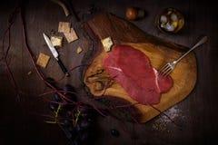 Ruw Rundvleeslapje vlees, ingrediënten voor het koken op rustieke houten backgro stock foto's