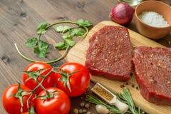 Ruw rundvleeslapje vlees met ingrediënten voor het koken Royalty-vrije Stock Fotografie