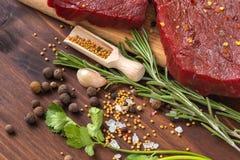 Ruw rundvleeslapje vlees met ingrediënten voor het koken Stock Foto
