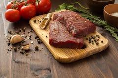 Ruw rundvleeslapje vlees met ingrediënten voor het koken Royalty-vrije Stock Afbeelding