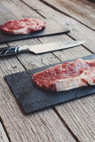 Ruw rundvleeslapje vlees op donkere houten lijstachtergrond Royalty-vrije Stock Foto's