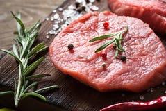 Ruw rundvleeslapje vlees op een scherpe raad Stock Afbeelding