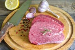 Ruw rundvleeslapje vlees op scherpe raad Stock Afbeelding