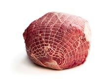 Ruw rundvleesvlees in netto geïsoleerd op wit royalty-vrije stock afbeelding