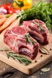 Ruw rundvleesvlees op scherpe raad en verse groenten Royalty-vrije Stock Afbeeldingen