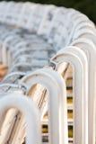 Ruw van houten stoelen in het park Stock Foto's