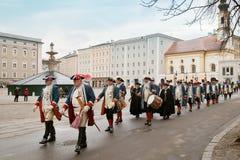 Ruw van mensen in historische kleren op inauguratie in Salzburg Stock Afbeelding