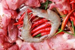 Ruw varkensvlees bij het knipsel. garnalen en groenten Stock Afbeeldingen