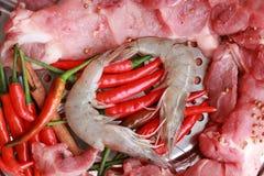 Ruw varkensvlees bij het knipsel. garnalen en groenten Royalty-vrije Stock Afbeeldingen