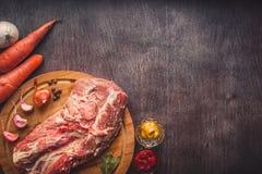 Ruw varkensvlees op een hakbord op een donkere houten oppervlakte en kruid voor het koken De Achtergrond van het voedsel met de R Royalty-vrije Stock Foto's