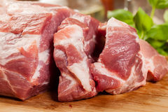 Ruw varkensvlees op scherpe raad Royalty-vrije Stock Afbeelding