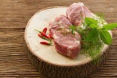 Ruw varkensvlees op scherpe raad Stock Foto