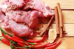 Ruw varkensvlees op scherpe raad en groenten Stock Afbeeldingen
