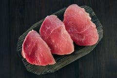 Ruw varkensvleesvlees op scherpe raad Hoogste mening Royalty-vrije Stock Foto