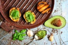 Ruw, vers alkalisch voedsel met avocado en basilicumpesto met knoflook Stock Fotografie