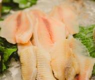 Ruw visvlees op ijs seamarket royalty-vrije stock afbeeldingen