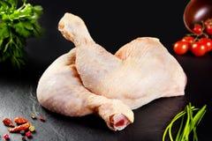 Ruw vlees De witte kip van het dijen ongekookte gevogelte met tomaat stock afbeelding