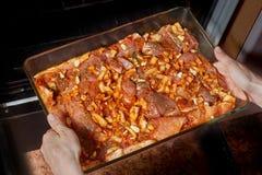 Ruw vlees in een glas cookware royalty-vrije stock foto
