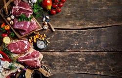 Ruw vlees en vers product met rustieke exemplaarruimte stock fotografie