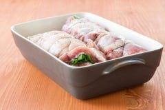 Ruw vlees met groene die uien worden verdraaid om te rollen Stock Afbeelding