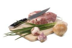 Ruw vlees met ui en knoflook Stock Afbeeldingen