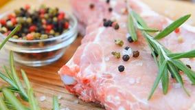 Ruw vlees op het been met kruid stock footage