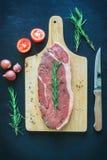 Ruw vlees op houten scherpe raad met mes Royalty-vrije Stock Foto's