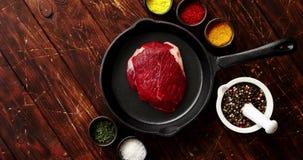 Ruw vlees op pan stock video