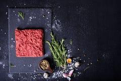 Ruw vlees, rundvleeslapje vlees op zwarte achtergrond, hoogste mening, royalty-vrije stock afbeelding