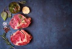 Ruw vleeslapje vlees op rustieke concrete achtergrond klaar aan het roosteren royalty-vrije stock foto's