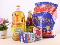 Ruw voedsel op de lijst Royalty-vrije Stock Afbeeldingen