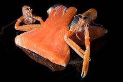 Ruw zalmfilethaakwerk op zwarte achtergrond, wilde Atlantische vissenbron van omega-3, gezond voedsel, keto dieetconcept stock afbeeldingen