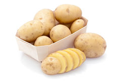 Ruwe aardappels in karton Stock Foto