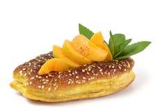 Ruwe abrikoos en smakelijke cake Royalty-vrije Stock Fotografie